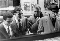 """1960 : à l'English Bookshop, rue de Seine, lors de la sortie de """"Minutes to Go"""". Avec Sinclair Beiles, Brion Gysin et Williams Burroughs."""