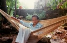 1983 : dans le jardin de sa maison de vacances à Octon, près de Montpellier.