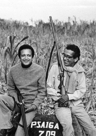 1973 : partie de chasse à Maurice avec son frère Régis, écrivain et ancien directeur du tourisme, disparu en 1999.