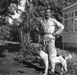1954 : premières vacances à l'Ile Maurice, depuis son départ pour la France en 1951, devant la maison familiale à Rose-Hill.