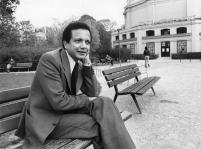 """1976 : prise de vue près des Champs-Elysées à l'occasion du Prix de la langue française décerné par l'Académie française pour le roman """"Alpha du centaure""""."""