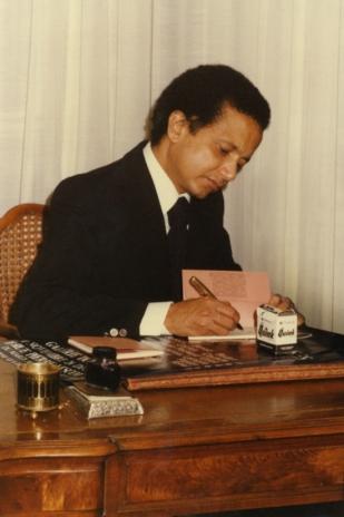 """1977 : signature du recueil de poèmes """"Je m'appelle sommeil"""" lors de la soirée de lancement dans l'appartement de la Muette."""