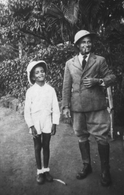 Vers 1940 : le bon élève et un ami de la famille.